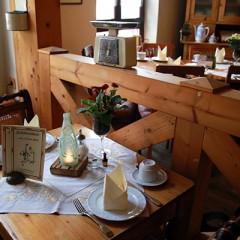 Kleiner gedeckter Tisch in Omas Küche