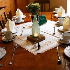 Gedeckter Tisch in Omas Küche